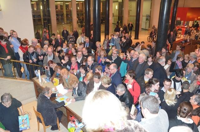 Charleroi (Belgique) 28 mars 2014 - Après ses concerts, Pierre Perret signe de nombreuses dédicaces