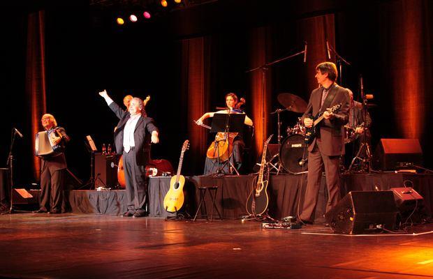 Pierre Perret sur scène.