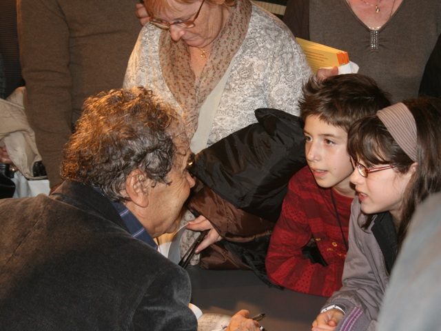 Tubise (Belgique) 30 octobre 2008, Après ses concerts, Pierre Perret signe de nombreuses dédicaces